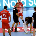"""Прекин во Лига на шампиони: """"Заврна"""" на теренот во Букурешт (ВИДЕО)"""