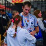 Скопје не го заборави: Фановите во редици и половина час по мечот чекаа за фотографија со Карачиќ (ФОТО)