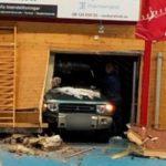 НЕВЕРОЈАТНА СЦЕНА: Пијан возач со автомобил влета на терен за време на ракометен дуел (ВИДЕО)