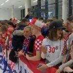 Фештата почна на аеродром во 1 по полноќ - илјадници фанови ги пречекаа сребрените Хрвати (ВИДЕО)