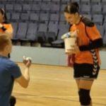 На терен му кажа ДА: Фудбалер запроси ракометарка во Србија